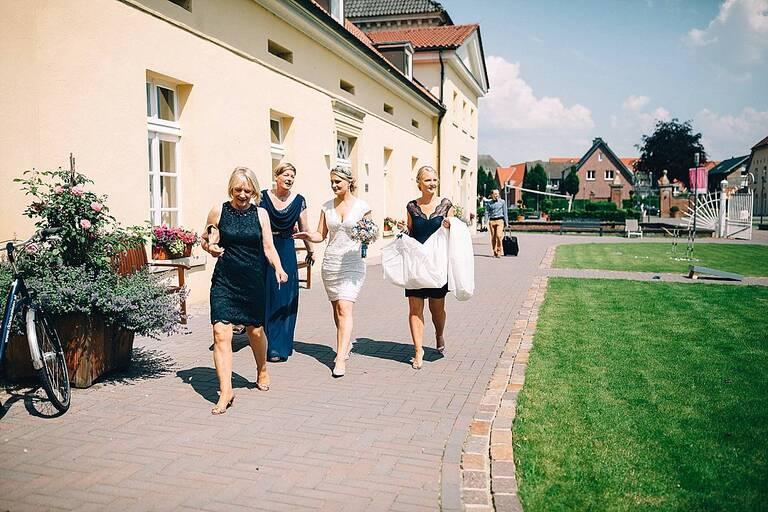 Braut auf dem Weg ins Hotel