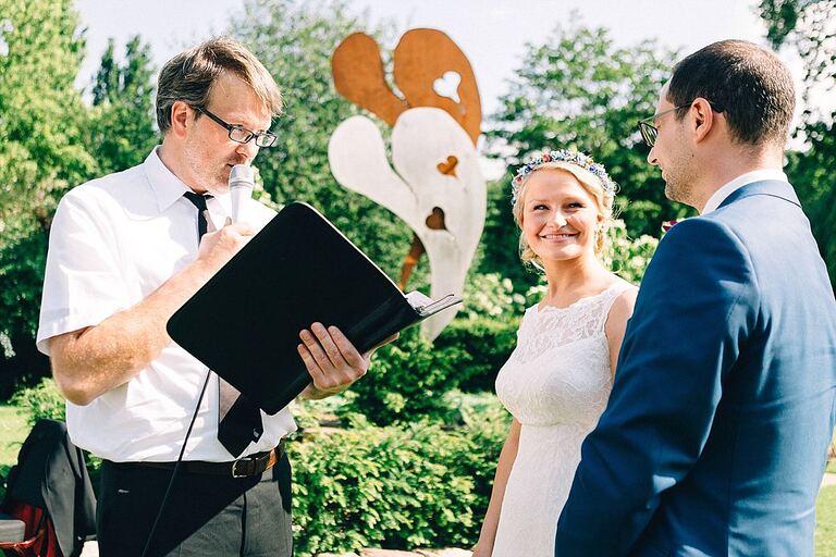 Braut schaut ihren Bräutigam verliebt an während der freien Trauung