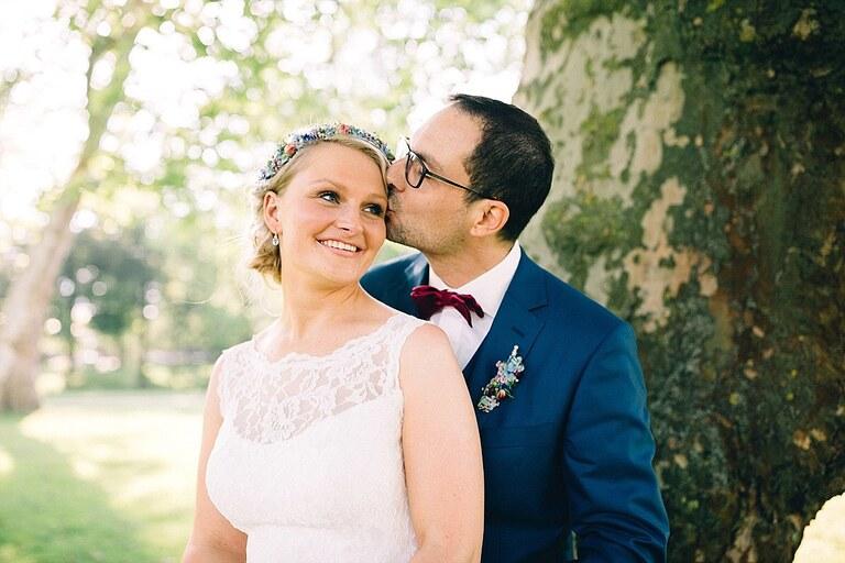 Bräutigam küsst seine Braut