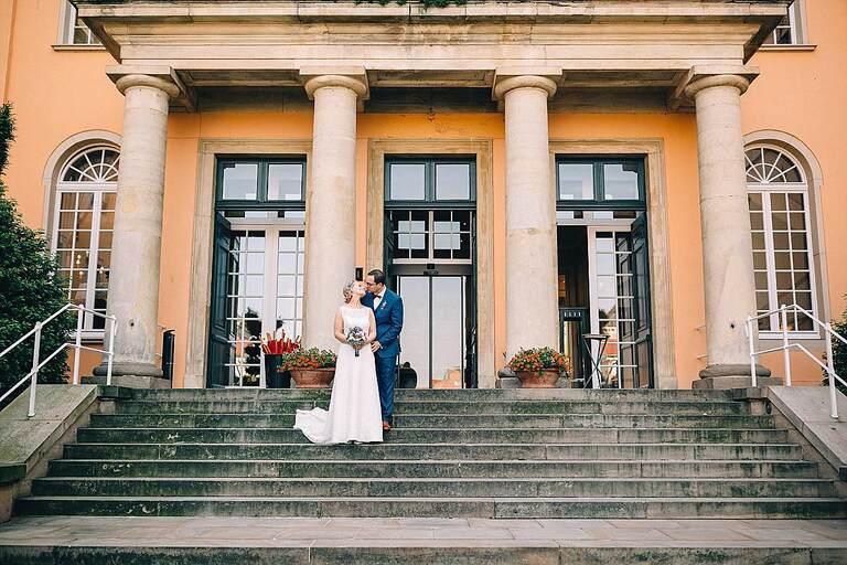 Brautpaar im Eingang vom Sportschloss Velen
