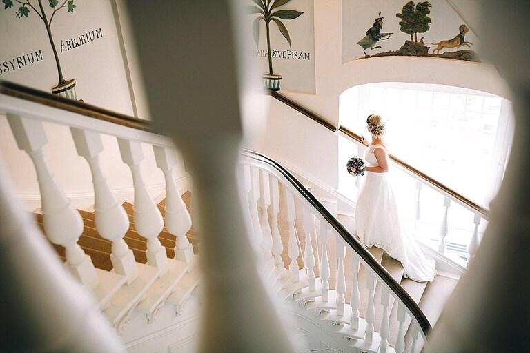 Braut auf der Treppe der Orangerie Sportschloss Velen