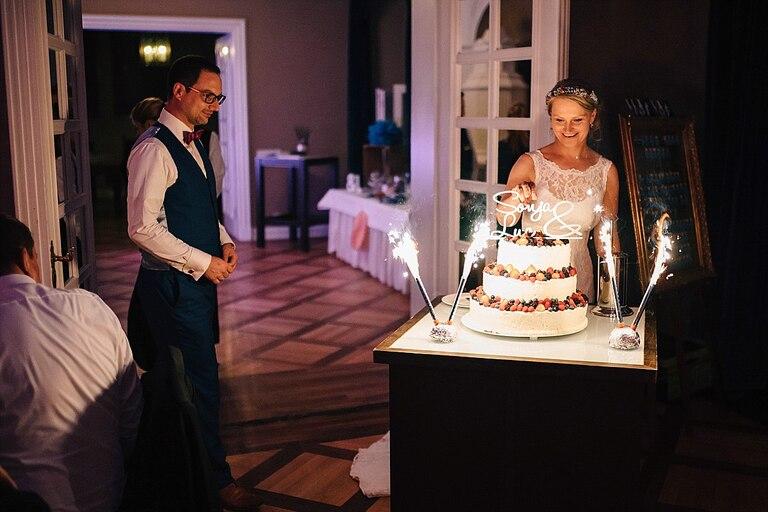 Brautpaar vor der Hochzeitstorte