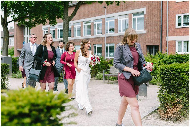 Braut auf dem Weg in das Lotahringer Kloster in Münster - Hochzeitsfotograf Lotharinger Kloster