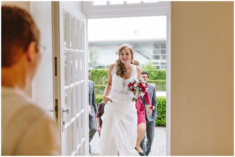 Braut betritt das Standesamt in Münster - Hochzeitsfotograf Lotharinger Kloster