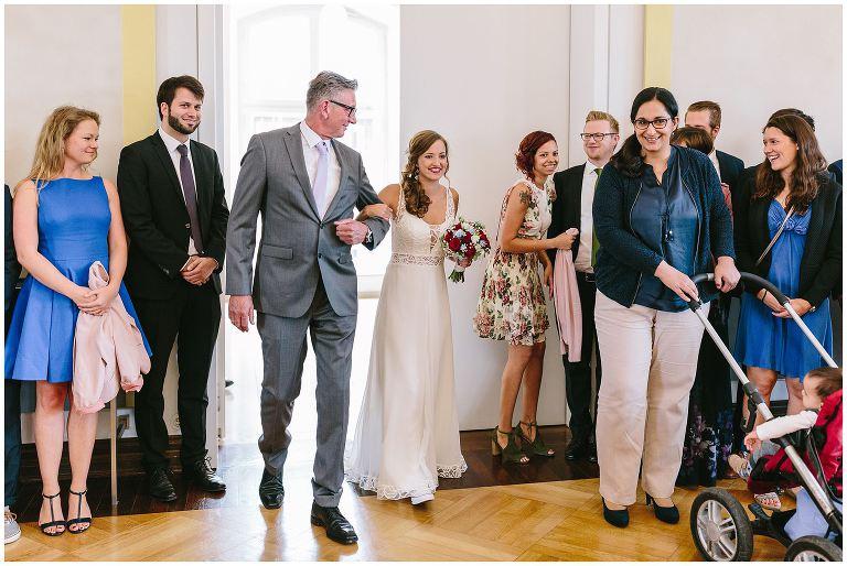 Braut wird von Ihrem Vater in das Standesamt Münster begleitet - Hochzeitsfotograf Lotharinger Kloster