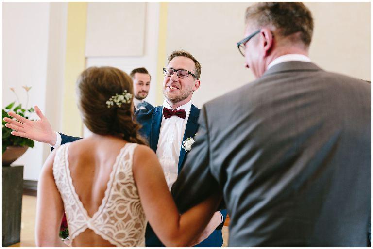 Bräutigam begrüßt seine Braut im Standesamt Münster - Hochzeitsfotograf Lotharinger Kloster