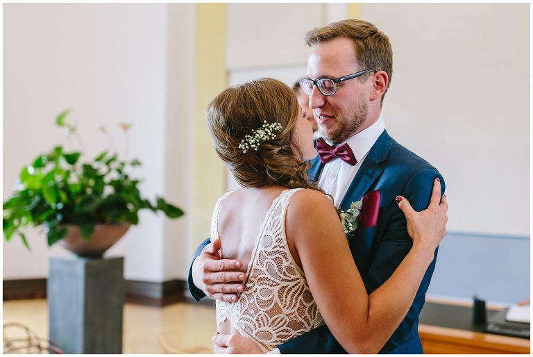 Bräutigam umarmt seine zukünftige Frau vor der Trauung - Hochzeitsfotograf Lotharinger Kloster