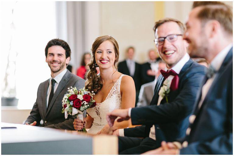 Glückliche Braut im Standesamt - Hochzeitsfotograf Lotharinger Kloster