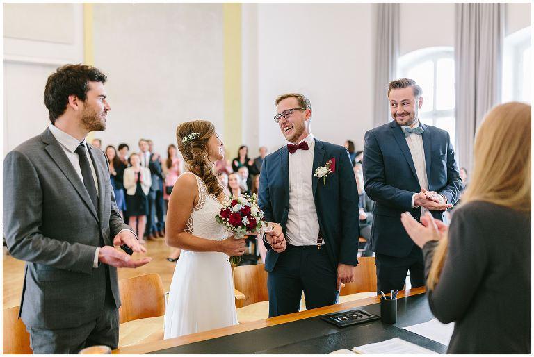 Bräutigam strahlt seine Braut an - Hochzeitsfotograf Lotharinger Kloster