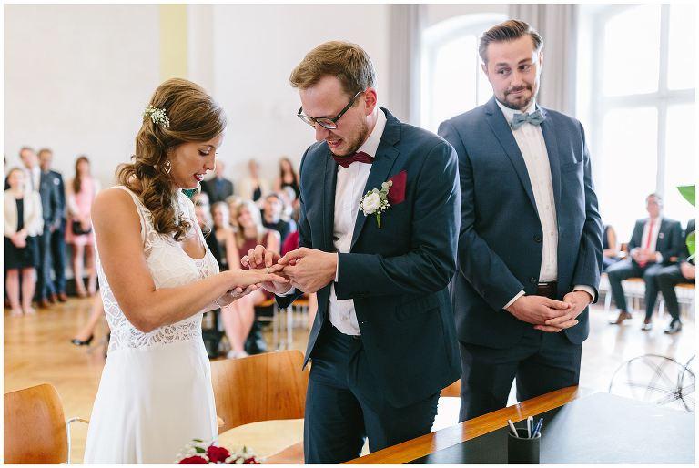 Bräutigam steckt seiner Braut den Ring an den Finger - Hochzeitsfotograf Lotharinger Kloster