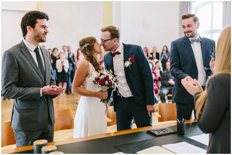 Braut und Bräutigam küssen sich nach Ringübergabe - Hochzeitsfotograf Lotharinger Kloster