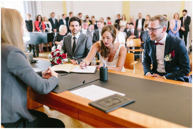 Braut während der Unterschrift beim Standesamt - Hochzeitsfotograf Lotharinger Kloster