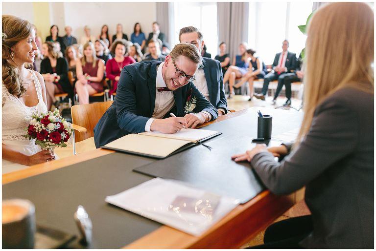 Bräutigam während der Unterschrift im Standesamt - Hochzeitsfotograf Lotharinger Kloster