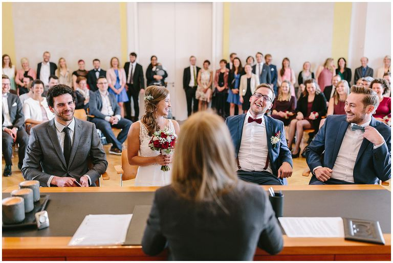 Braut und Bräutigam sind entspannt nach der standesamtlichen Trauung - Hochzeitsfotograf Lotharinger Kloster