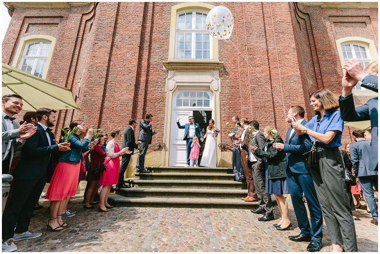Braut und Bräutigam verlassen das Standesamt Münster - Hochzeitsfotograf Lotharinger Kloster