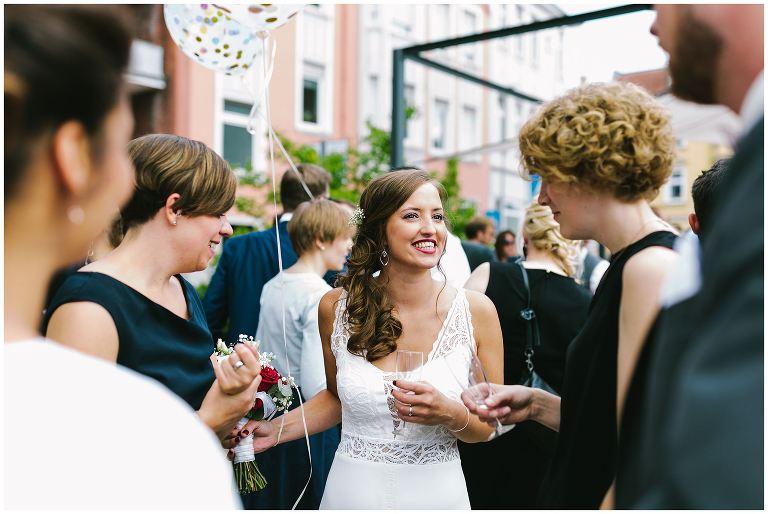 Glückliche Braut mit Ihren Freundinnen - Hochzeitsfotograf Lotharinger Kloster