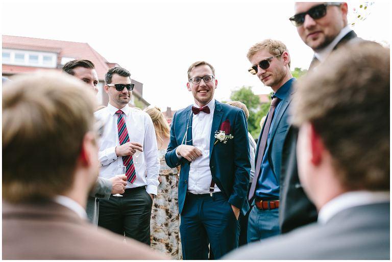Glücklicher Bräutigam mit seinen Freunden - Hochzeitsfotograf Lotharinger Kloster