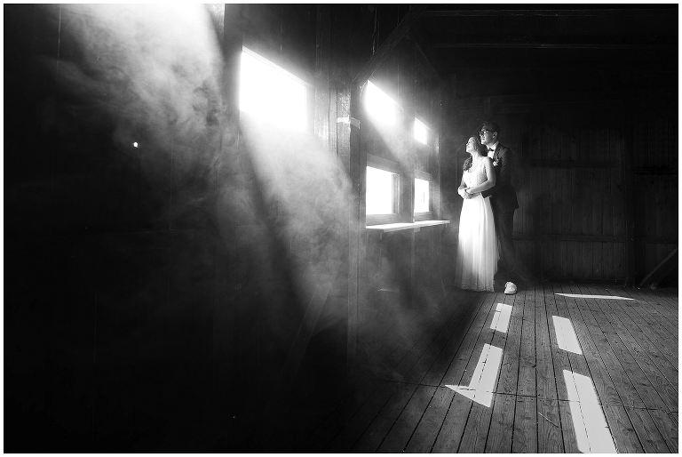 Brautpaar in den Rieselfeldern in einem Vogelbeobachtungshäusschen - Hochzeitsfotograf Lotharinger Kloster