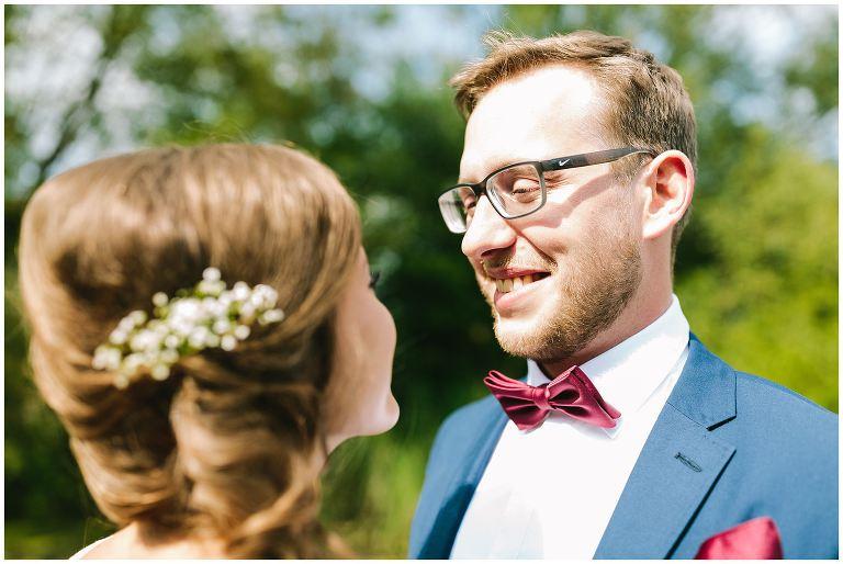 Bräutigam schau seine Frau an - Hochzeitsfotograf Lotharinger Kloster