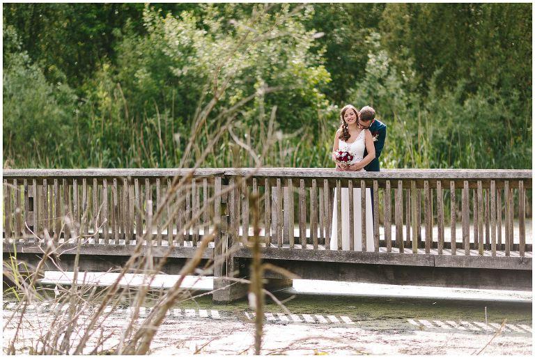 Brautpaar auf einem Steg in den Rieselfeldern von Münster - Hochzeitsfotograf Lotharinger Kloster