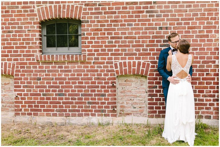 Brautpaar vor angelehnt an einem Haus - Hochzeitsfotograf Lotharinger Kloster