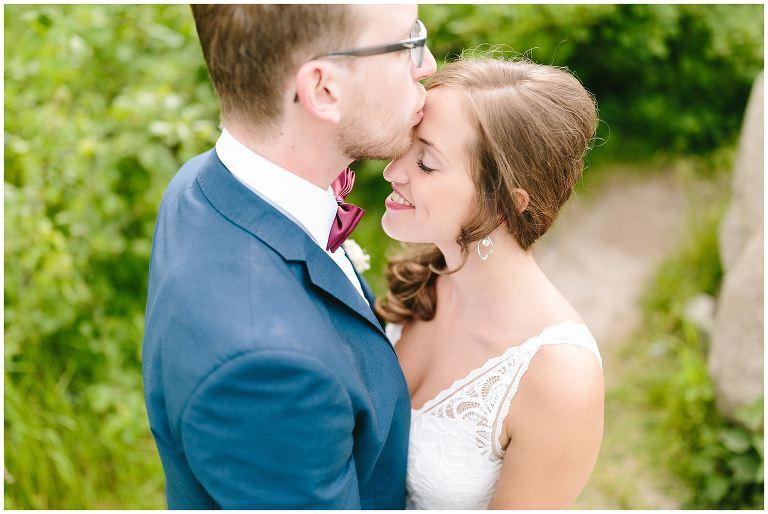 Bräutigam küsst seine Braut liebevoll auf die Stirn - Hochzeitsfotograf Lotharinger Kloster
