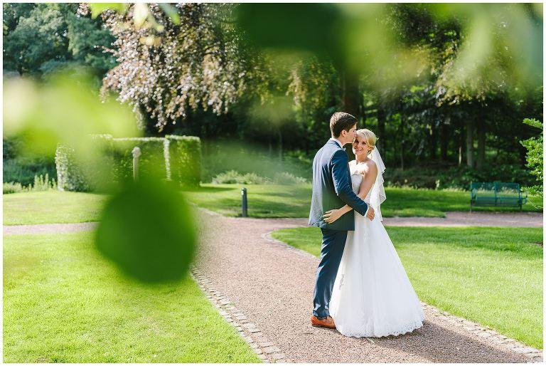 Hochzeit Gut Havichhorst Münster Brautpaar im Garten - Hochzeitsreportage Gut Havichhorst