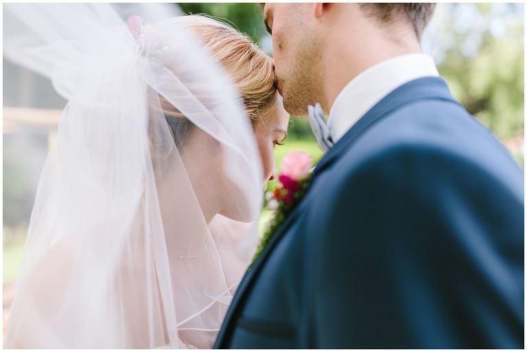 Bräutigam küsst seine Braut Hochzeit Gut Havichhorst Münster - Hochzeitsreportage Gut Havichhorst