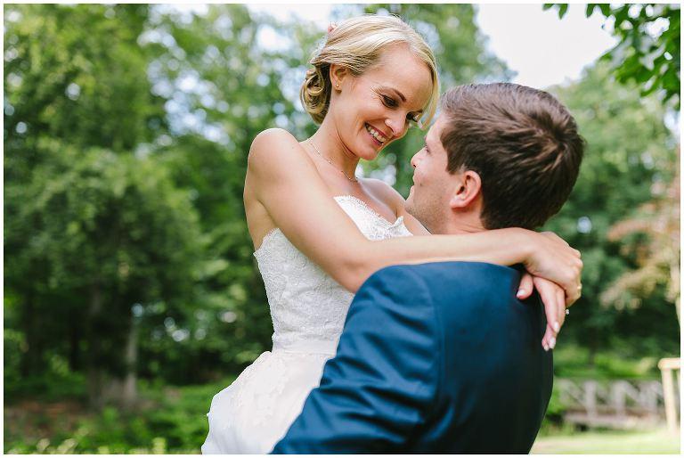 Hochzeit Gut Havichhorst Münster Bräutigam trägt seine Braut auf Händen - Hochzeitsfotograf Gut Havichhorst