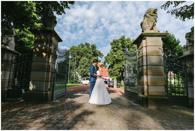 Hochzeit Gut Havichhorst Münster Brautpaar in der Einfahrt - Hochzeitsreportage Gut Havichhorst