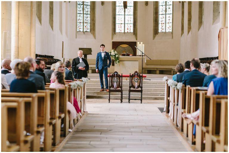Bräutigam wartet auf seine Braut in der Apostelkirche Münster