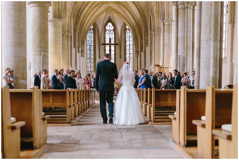 Braut wird von Ihrem Vater zum Altar geführt