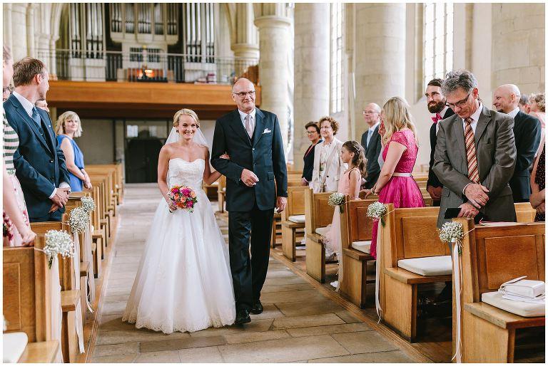 Braut und Brautvater beim Einzug in die Kirche