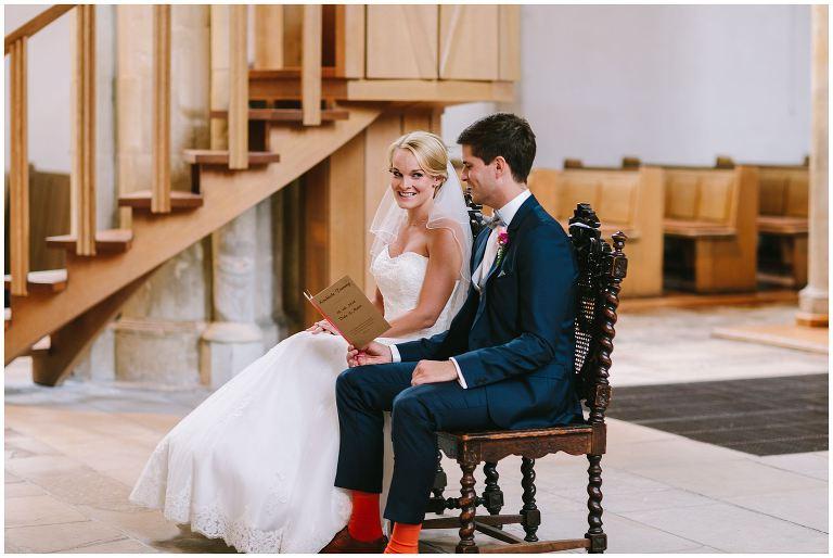 Braut schaut ihren Bräutigam verliebt an