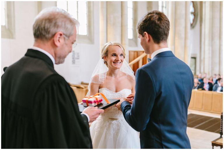 Bräutigam steckt seiner Braut den Ehering an den Finger
