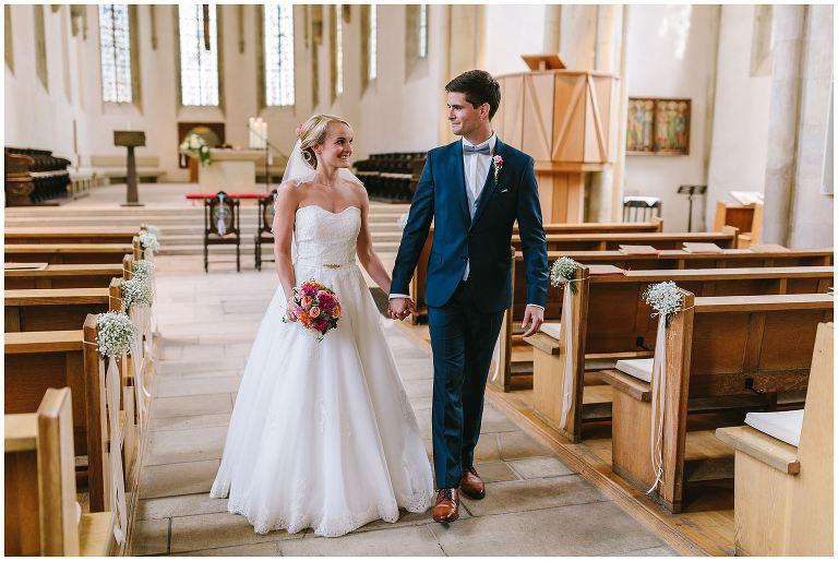 Brautpaar verlässt die Kirche
