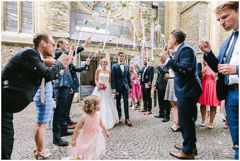 Brautpaar kommt aus der Kirche in Münster