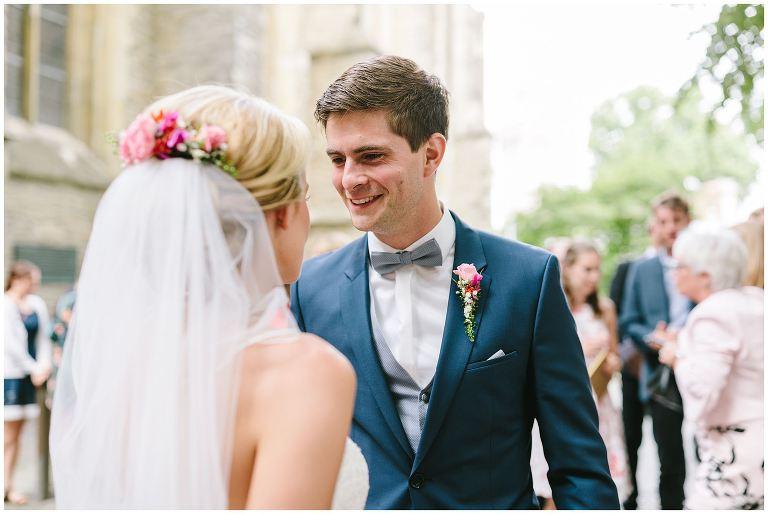 Bräutigam strahlt seine Frau an