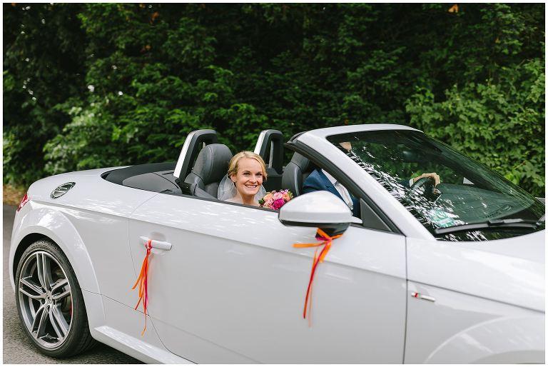 Brautpaar im Auto auf dem Weg zum Gut Havichhorst