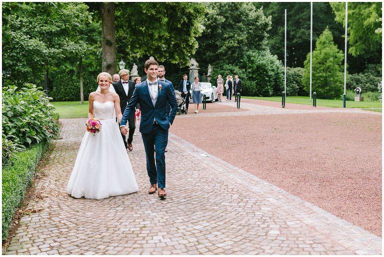 Brautpaar beim Betreten vom Gut Havichhorst in Münster