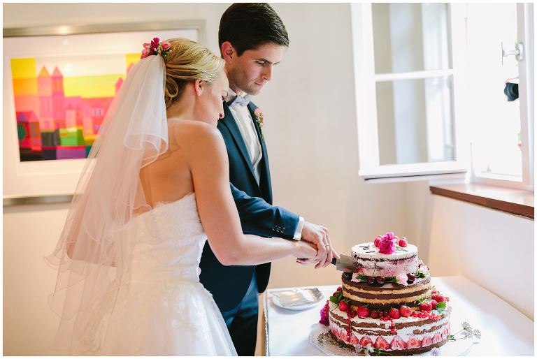 Brautpaar beim Anschneiden der Torte auf dem Gut Havichhorst - Hochzeitsfotograf Gut Havichhorst