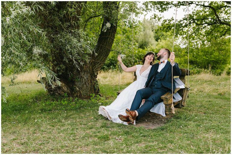Hochzeitsfotograf Beverland fotografiert Brautpaar auf einer Schaukel
