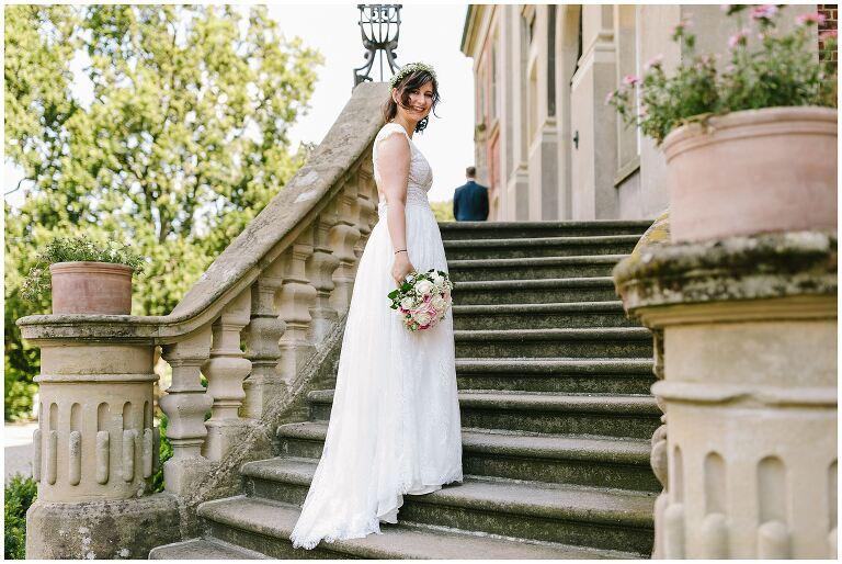 Braut auf der Treppe der Loburg