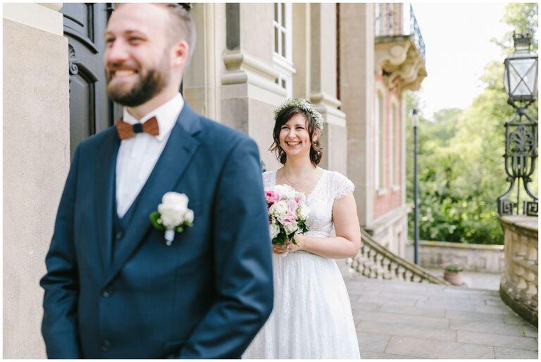 Braut freut sich ihren Bräutigam zu sehen