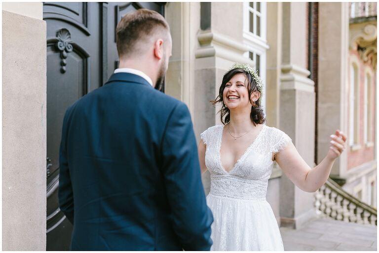 Braut freut sich und will Bräutigam umarmen