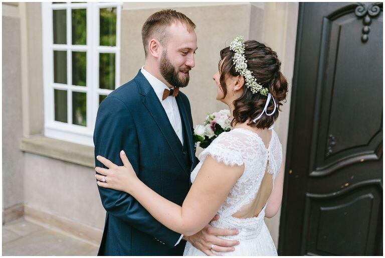 Bräutigam schaut der Braut intensiv in die Augen