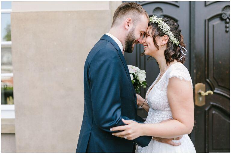 Brautpaar mit berührender Stirn