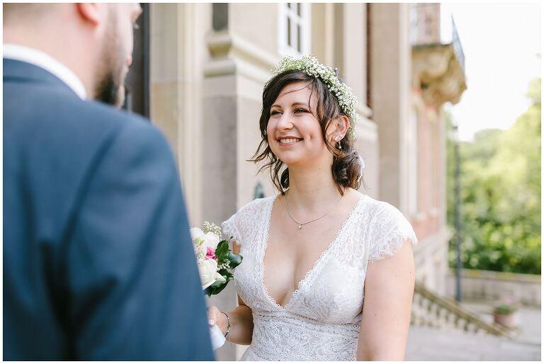 Braut lächelt den Bräutigam an