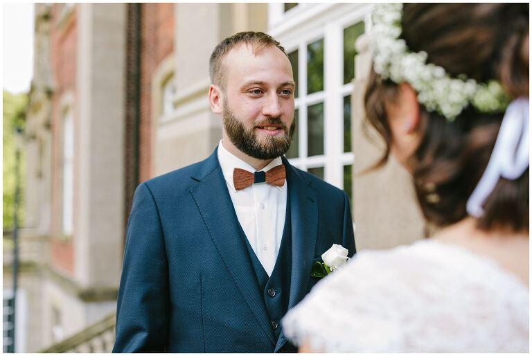 Bräutigam schaut intensiv zu seiner Braut