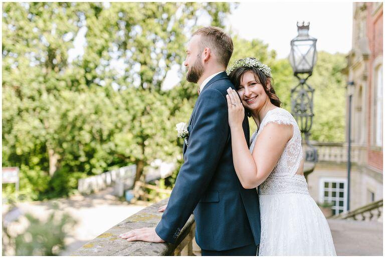 Braut schmiegt sich an den Bräutigam